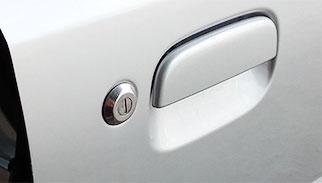 車のドアを開ける